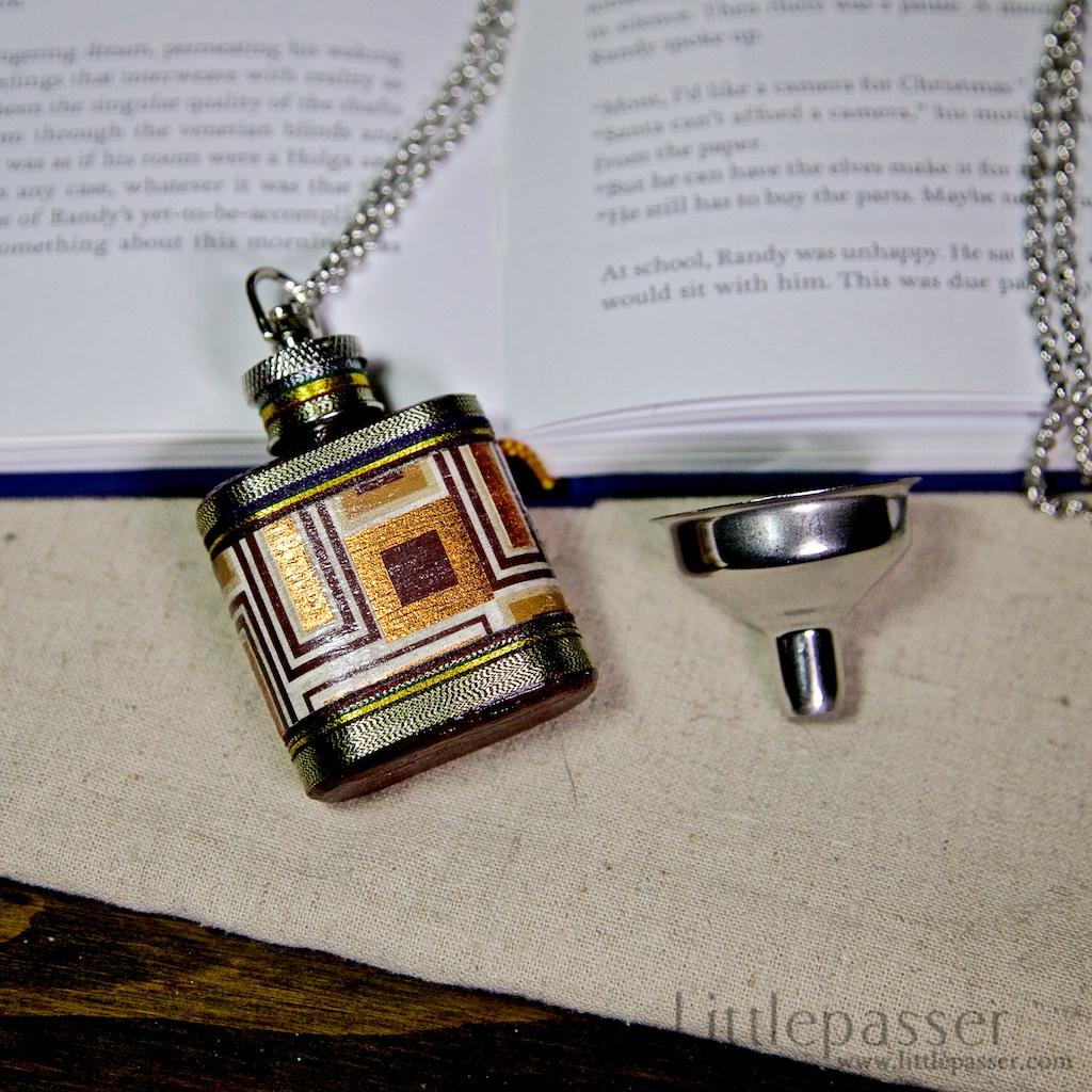 necklaceFlask_goldenCube01